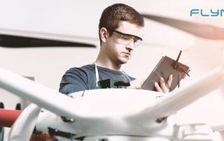 Mann mit Kontroller und Drohne