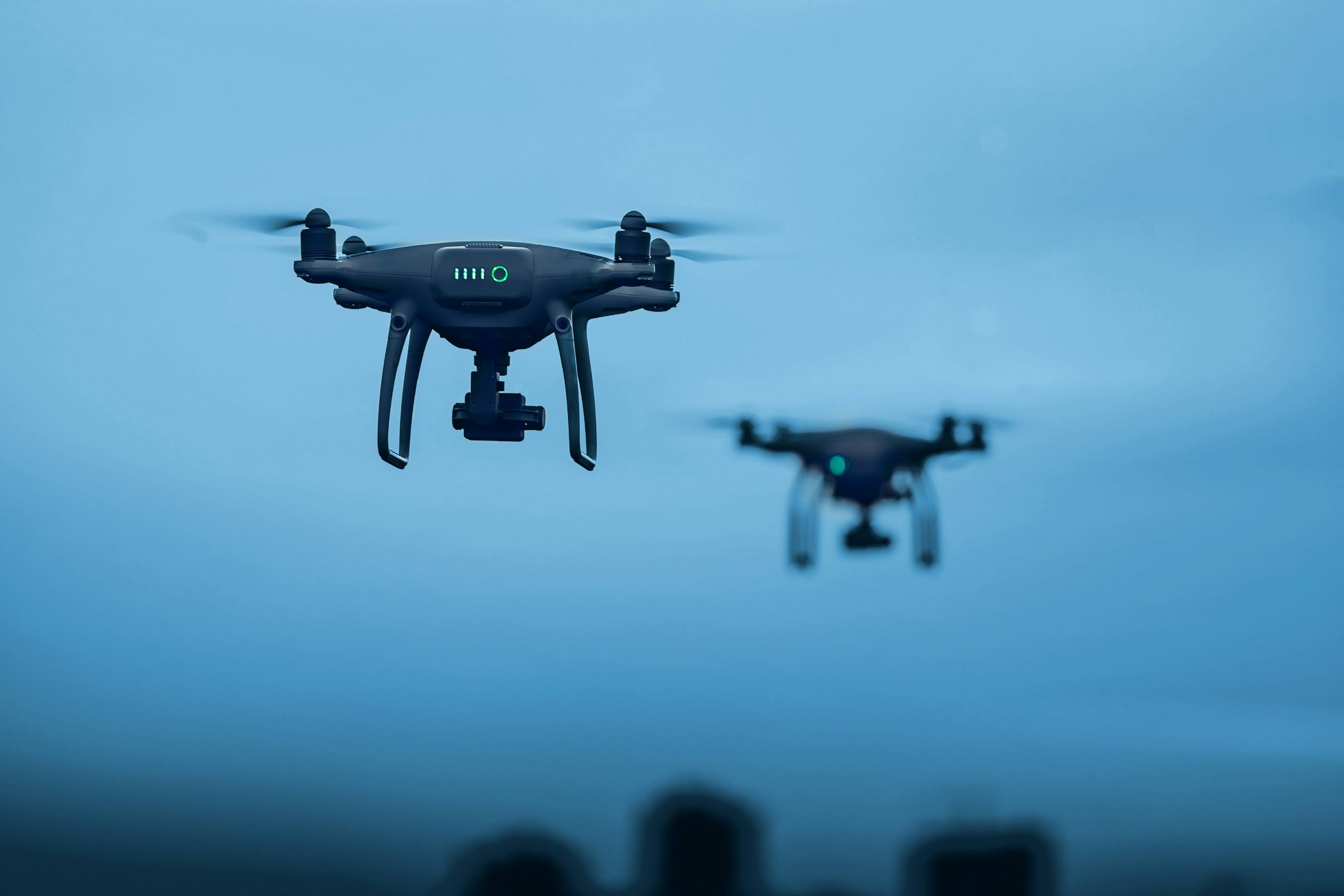Zwei Drohnen am Himmel